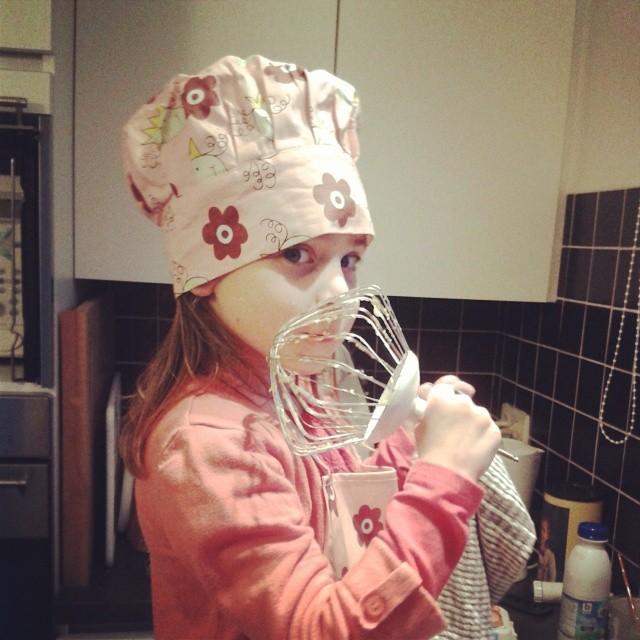 De oudste dochter helpt graag in de keuken. Als het maar geen scampi's zijn!