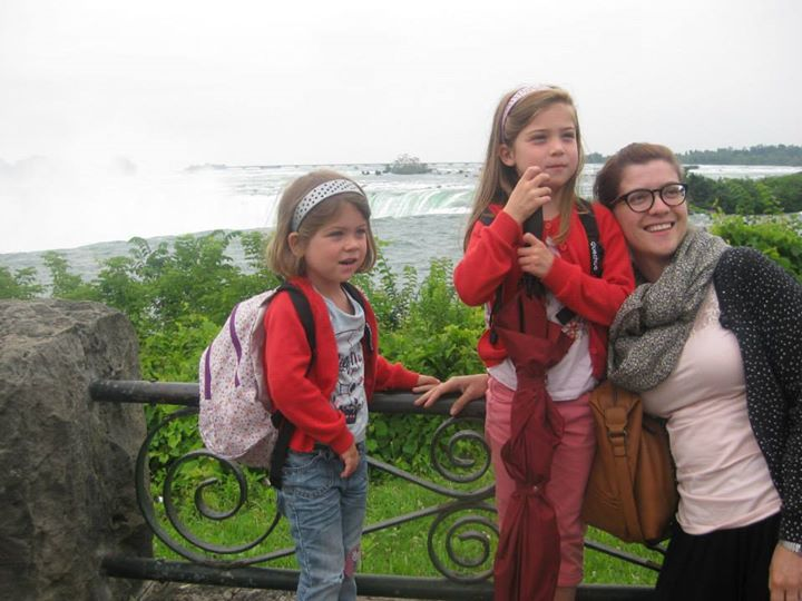 De meisjes bij Niagara Falls, mét rugzak!