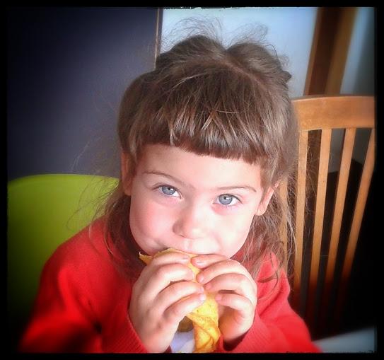Mila eet speltpannenkoeken