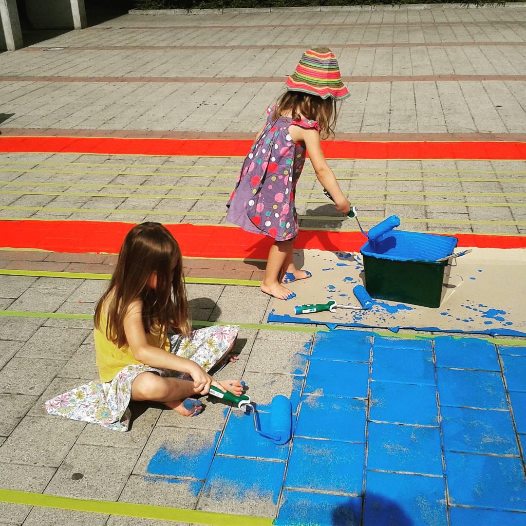 Grote vakantie, dat is vanalles en nog wat verzinnen om de meiden te entertainen. Ook Roeselare schilderen...